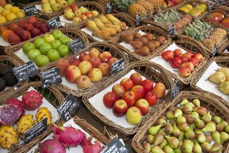 commodities: Varias frutas presentadas en un mercado LANG_EVOIMAGES