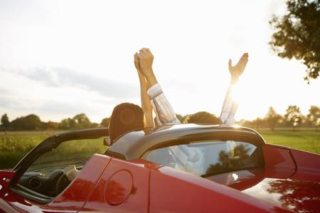 ganado: Pareja en un coche deportivo eléctrico, la diversión