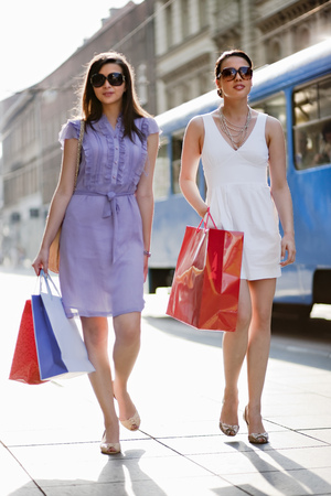 superiors: Young women shopping together LANG_EVOIMAGES