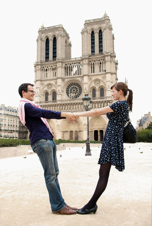 sightseers: Couple in front of Notre Dame Paris LANG_EVOIMAGES