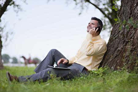 reconocimientos: Hombre joven con i-pad y teléfono móvil