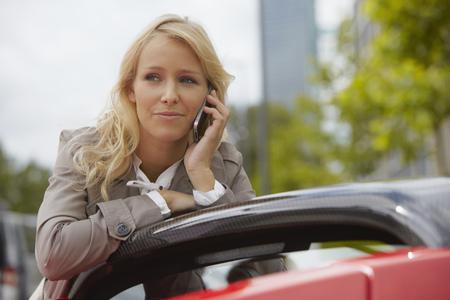reconocimientos: Mujer en su teléfono, deportes eléctricos ca