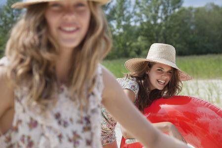 potěšen: 2 hezké ženy baví na pláži