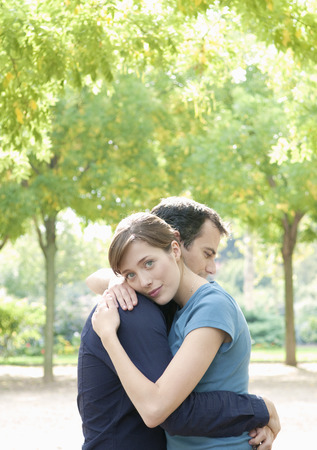 truelove: Couple embrace in Paris LANG_EVOIMAGES