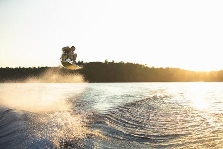 Wakeboarder al atardecer LANG_EVOIMAGES