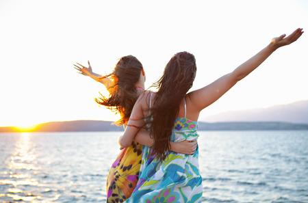 pelo castaño claro: Mujeres en la playa LANG_EVOIMAGES
