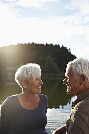 gratify: Senior couple sitting at jetty LANG_EVOIMAGES