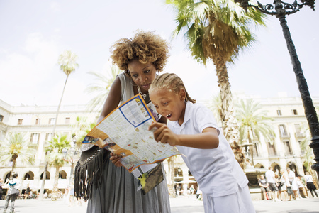 Mother and son looking at city map LANG_EVOIMAGES