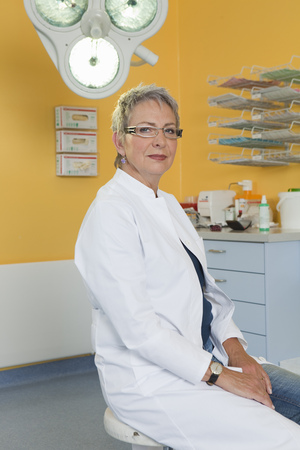 grays: Female doctor in surgery