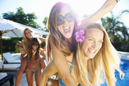 potěšen: Dívky hrají u bazénu v plavkách LANG_EVOIMAGES