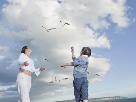 tosses: Mother and son LANG_EVOIMAGES