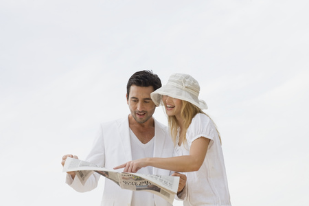 motioning: Couple reading newspaper