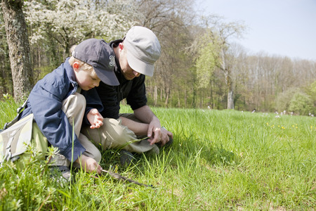 agachado: Father and son relaxing in nature LANG_EVOIMAGES