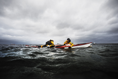 Freinds in kayak helping each other LANG_EVOIMAGES