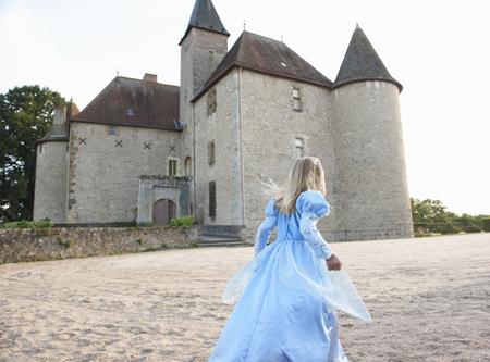 niños vistiendose: Chica como una princesa delante del castillo