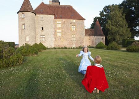 niños vistiendose: Príncipe y princesa en el jardín del castillo LANG_EVOIMAGES