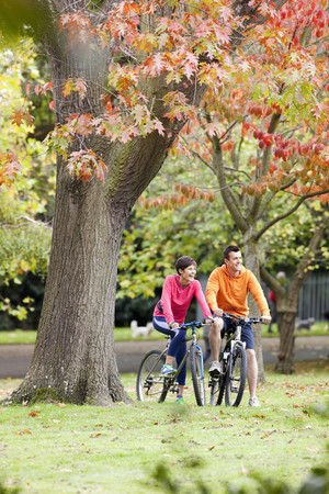 ceasing: Man and woman cycling in the park