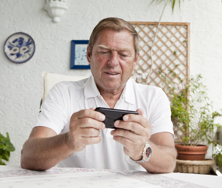 Older man using cell phone LANG_EVOIMAGES