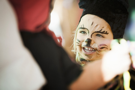 maquillage: Girl wearing face paint at carnival LANG_EVOIMAGES