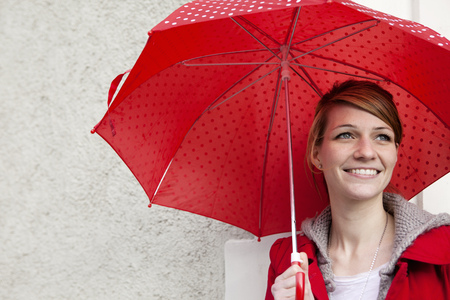 drizzling rain: Portrait of woman with umbrella LANG_EVOIMAGES