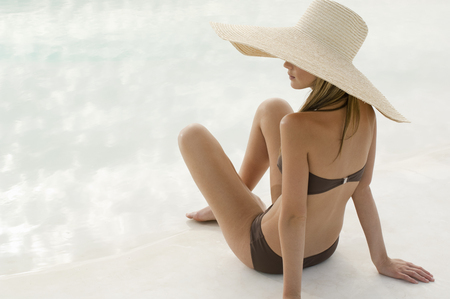 tans: Woman in a swimsuit and large hat LANG_EVOIMAGES