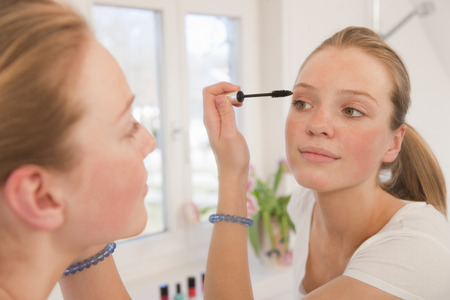 maquillage: Teenage girl applying mascara