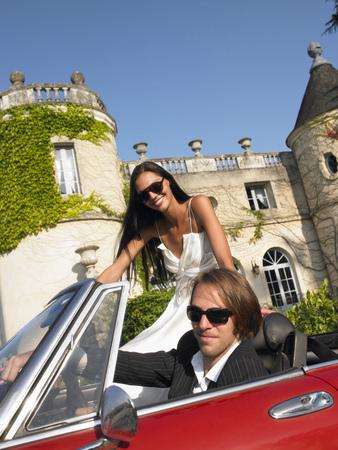 honeymooner: Freshly married couple in car LANG_EVOIMAGES