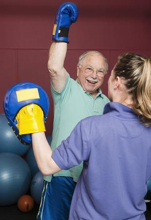 levantar peso: Boxeo de hombre mayor en el gimnasio