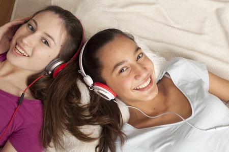 pijamada: adolescentes escuchando música con auriculares