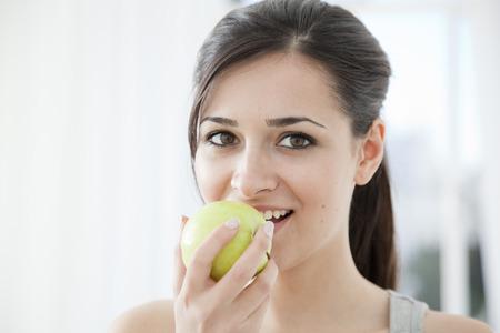 levantar peso: Mujer comiendo una manzana