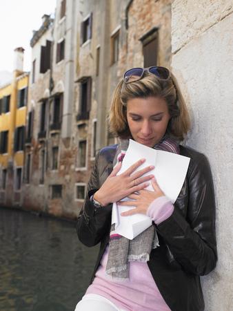 curare teneramente: Donna che legge una lettera