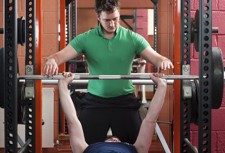 levantar peso: Men lifting weights in gym LANG_EVOIMAGES