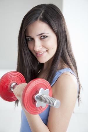 levantar peso: Mujer levantando pesas