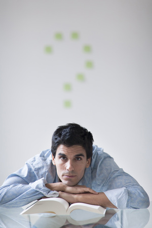 interrogations: Man with a post-it note question mark above his head LANG_EVOIMAGES