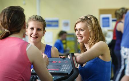 niños platicando: Women talking in gym