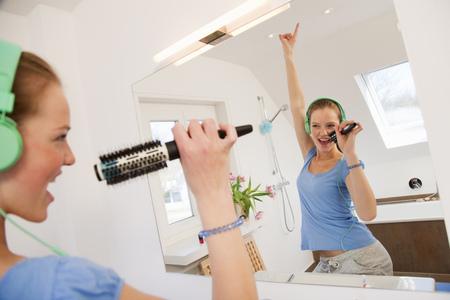 musically: Girl singing in bathroom LANG_EVOIMAGES