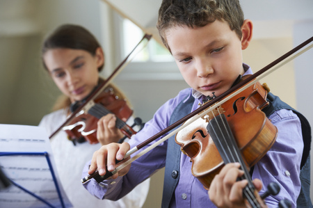 a rehearsal: Serious children playing violin LANG_EVOIMAGES