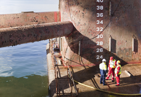meets: Workers standing on oil rig