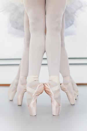 en pointe: Ballet dancers' feet on pointe