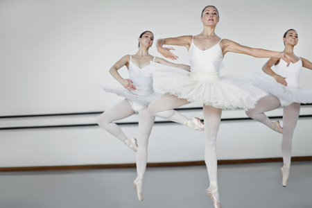rehearse: Women in ballet costumes dancing LANG_EVOIMAGES