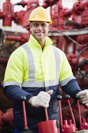 abilities: Worker operating machinery on oil rig LANG_EVOIMAGES