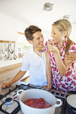 Couple cooking together in kitchen LANG_EVOIMAGES