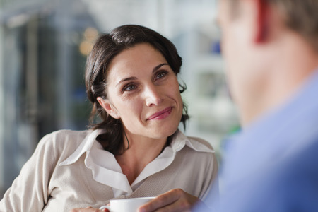a meeting with a view to marriage: Woman talking to man at cafe LANG_EVOIMAGES