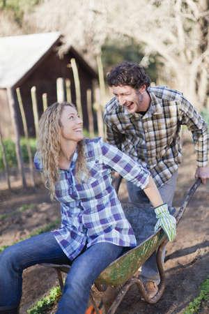 beau: Man pushing girlfriend in wheelbarrow LANG_EVOIMAGES