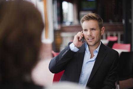reconocimientos: Hombre de negocios en el teléfono celular en el almuerzo