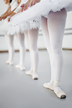 rehearse: Ballet dancers standing in studio LANG_EVOIMAGES