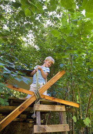 agachado: Niño, atar, cuerda, treehouse
