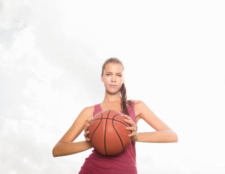 Mujer, tenencia, baloncesto, al aire libre