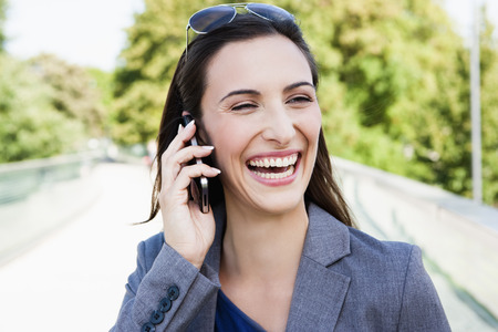 reconocimientos: Businesswoman using cell phone outdoors