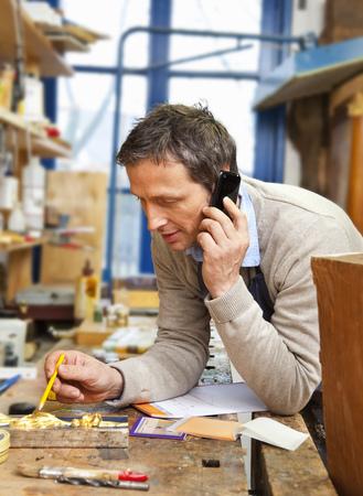reconocimientos: Carpenter hablando por teléfono en la tienda